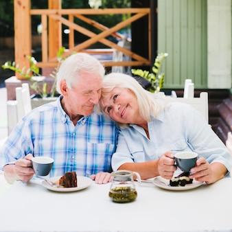 Envelhecido, par, desfrutando, tempo, junto, bebendo, chá, ao ar livre