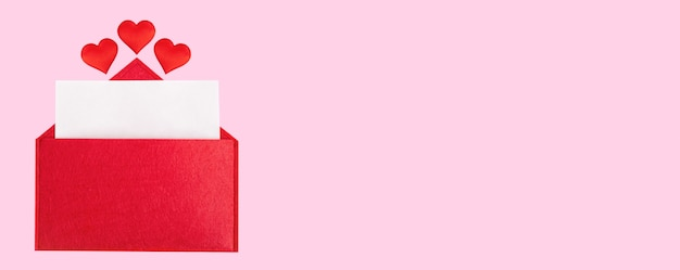 Envelope aberto banner vermelho com uma folha de papel com um coração em um fundo rosa com mock-up. conceito de feriados do dia dos namorados e notas de amor