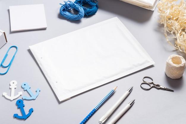 Envelope bolha branca na mesa do escritório