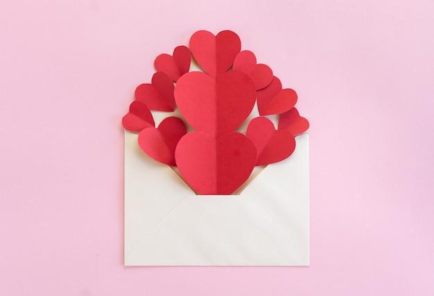 Envelope branco cheio de corações