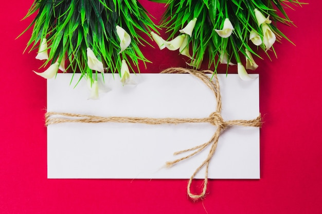 Envelope branco, envelope enrolado com corda