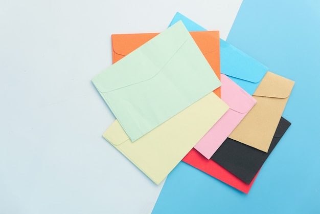 Envelope colorido com espaço de cópia.