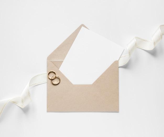 Envelope com cartão de casamento