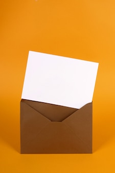 Envelope com cartão de convite dentro