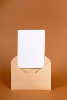 Envelope com cartão de convite em branco