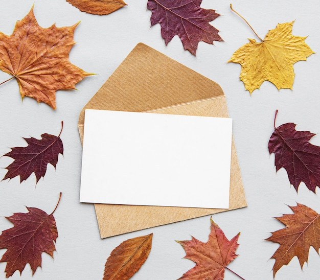 Envelope com cartão em branco branco. tema de outono