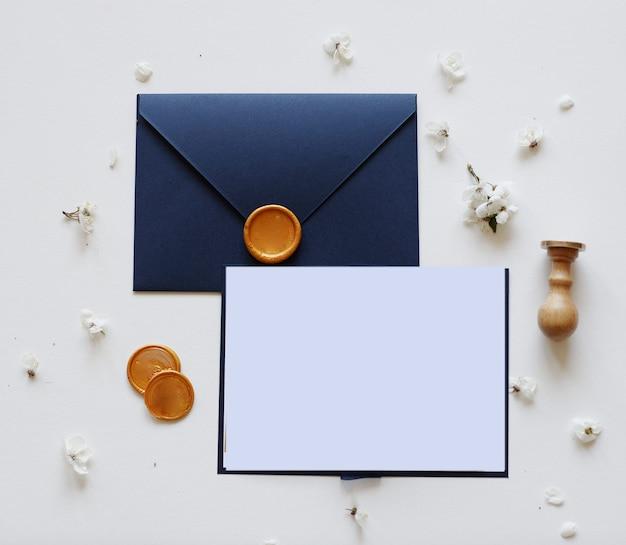 Envelope com cera, carta e flores