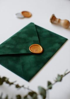 Envelope com cera e folhas