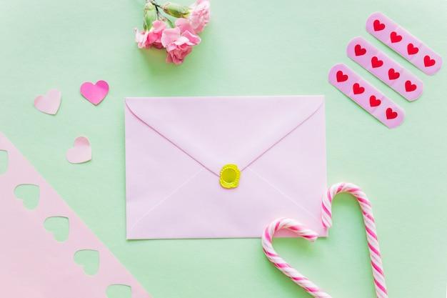 Envelope com corações de papel na mesa