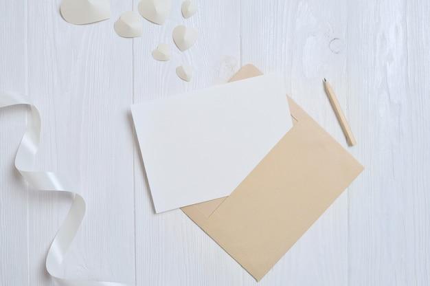 Envelope com corações e uma carta para cartão de dia dos namorados com lugar para o seu texto