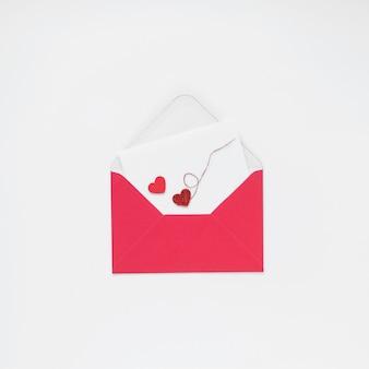 Envelope com corações pequenos