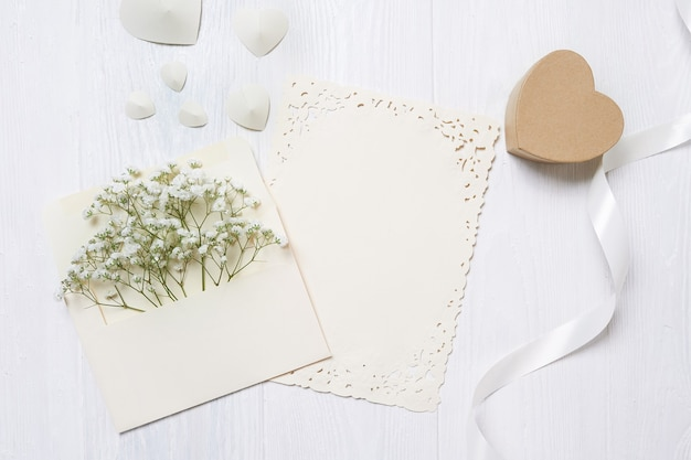 Envelope com flores e uma carta, cartão com caixa de presente de coração para dia dos namorados com lugar para o seu texto