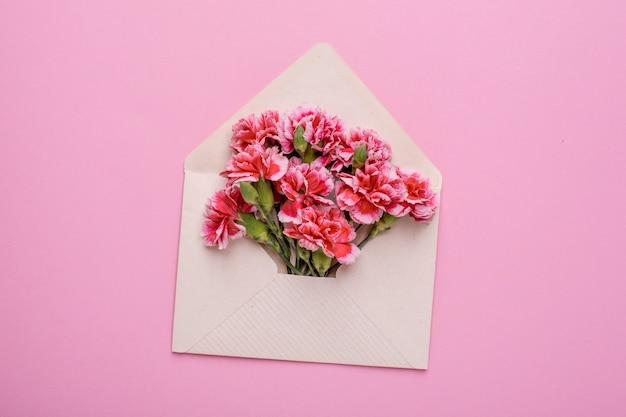 Envelope com flores rosa em rosa