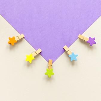 Envelope com ganchos em forma de estrelas