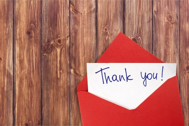 Envelope com nota de agradecimento