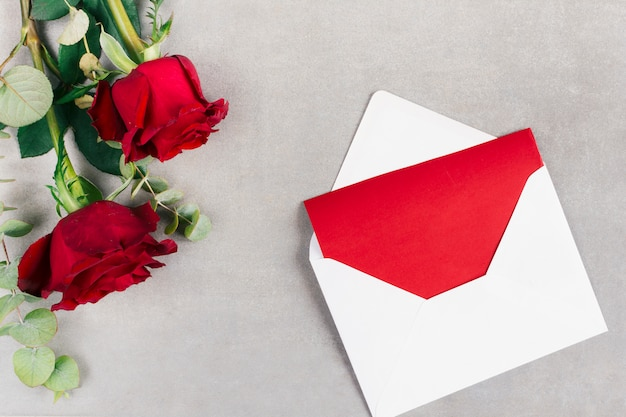 Envelope com papel e flores