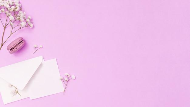 Envelope com papel e ramo de flores