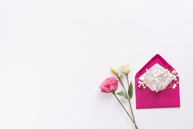 Envelope com pequenos ramos de flores e rosas