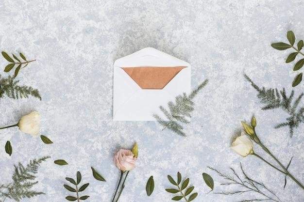 Envelope com rosas e ramos de plantas