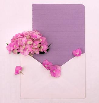 Envelope com um buquê de hortênsia rosa com espaço de cópia para o projeto.