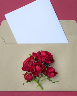 Envelope com um buquê de rosas vermelhas com espaço para design