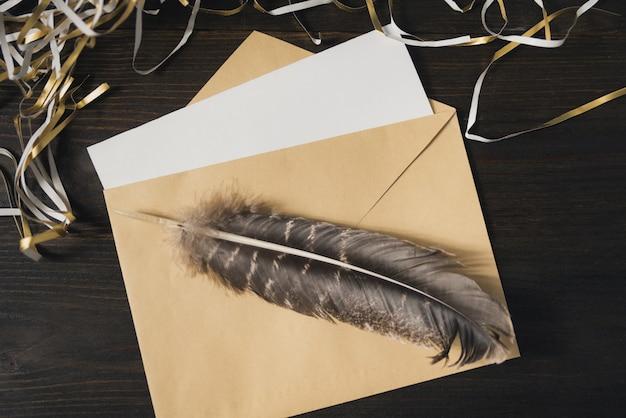 Envelope com uma carta em branco e caneta sobre uma mesa de madeira. tinsel, clima de férias