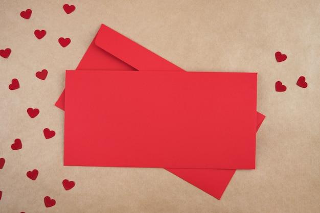 Envelope com uma mensagem de amor. conceito festivo do dia dos namorados. lugar para texto. vista superior, configuração plana.