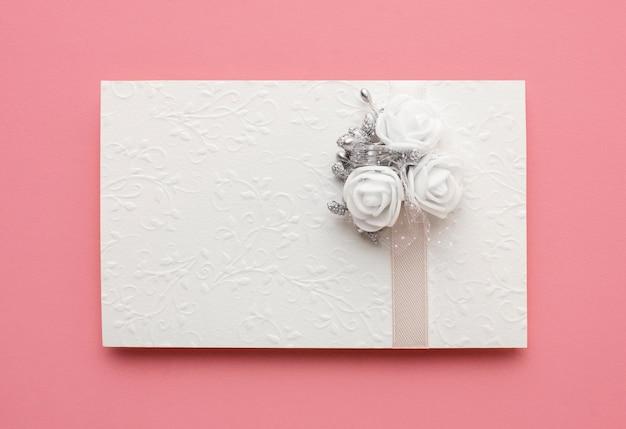 Envelope com vista superior do conceito de casamento luxuoso