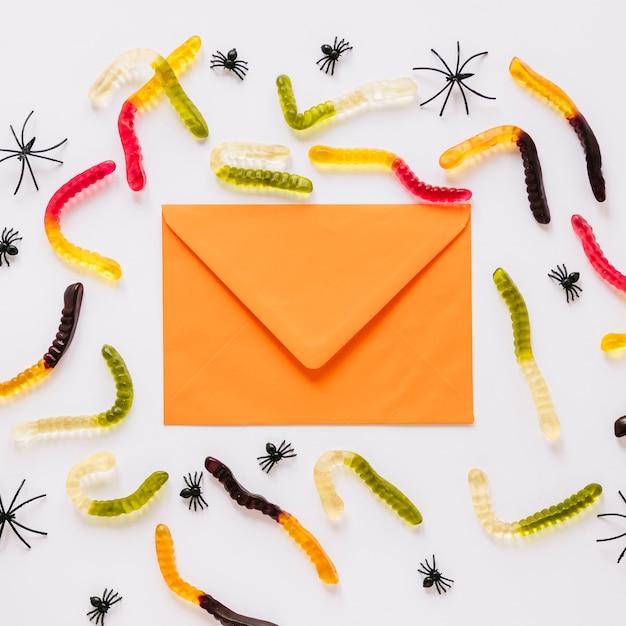 Envelope com worm doces e aranhas ao redor