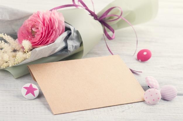 Envelope de artesanato com buquê