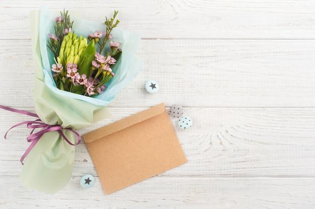 Envelope de artesanato rústico com flores silvestres