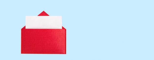 Envelope de banner vermelho aberto com uma folha de papel com simulação em um fundo azul