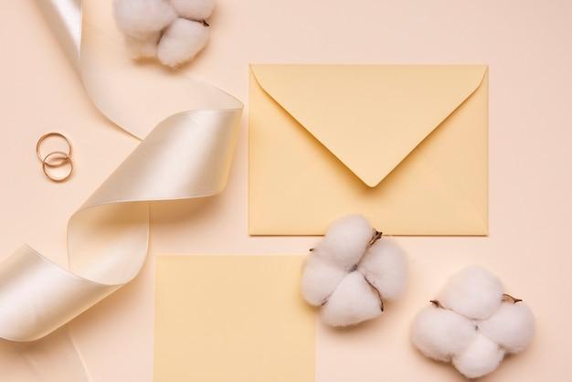 Envelope de casamento com fita e algodão