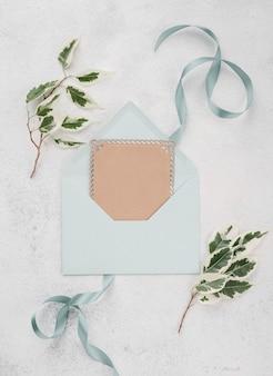Envelope de convite de casamento vista superior