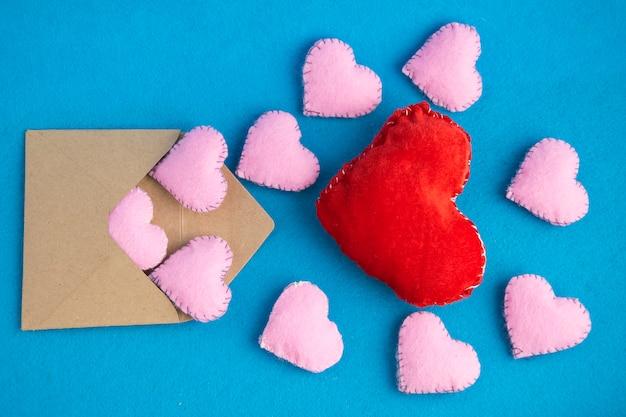 Envelope de dia dos namorados com corações em azul