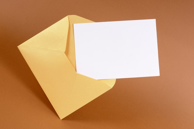 Envelope de ouro com cartão de mensagem em branco