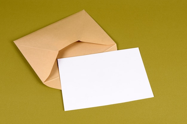 Envelope de ouro metálico com carta