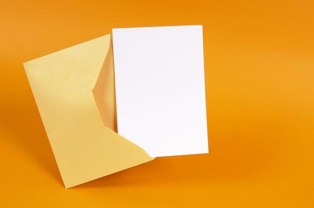 Envelope de ouro metálico com cartão de mensagem em branco ou convite