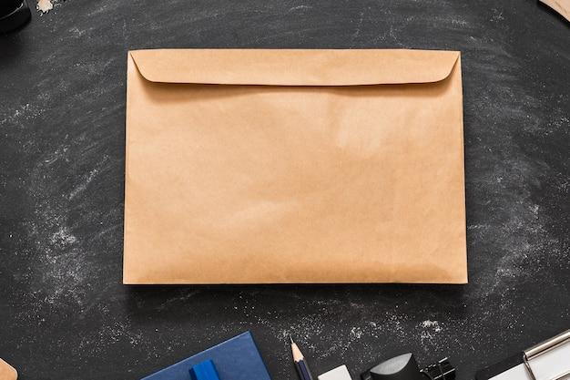 Envelope de papel artesanal no quadro-negro da escola