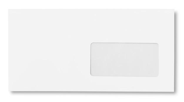 Envelope de papel branco em branco sobre fundo branco com traçado de recorte