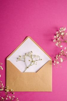 Envelope de papel kraft marrom com cartão branco vazio