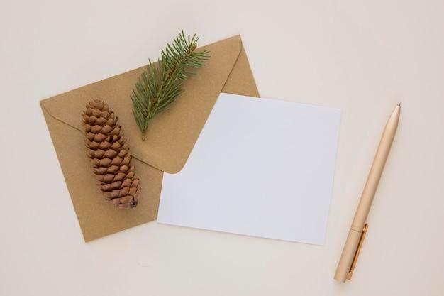 Envelope de papelaria e papel