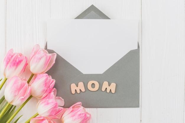 Envelope de quadro com a palavra mãe e tulipas