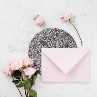Envelope de vista superior com convite de casamento