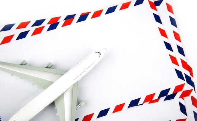 Envelope do correio aéreo com avião modelo