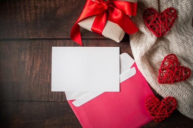 Envelope e cartão comemorativo em um fundo de madeira
