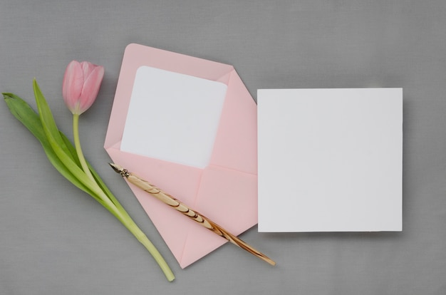 Envelope e cartão de casamento lindo