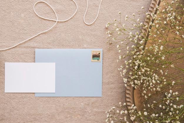 Envelope e papel de composição acolhedora