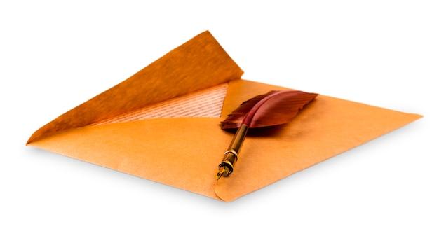 Envelope e uma velha caneta-tinteiro