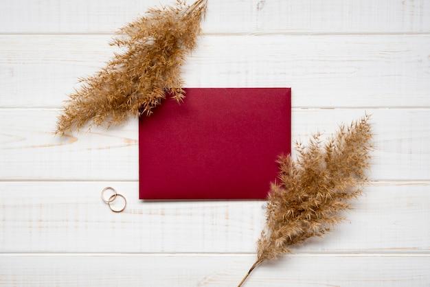 Envelope elegante com anéis de noivado